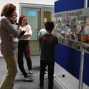"""Fotoausstellung """"Auschwitz erinnern"""" feierlich eröffnet"""